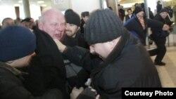 Аляксандар Казулін спрабуе прарвацца на«Ўсебеларускі народны сход» падчас выбарчай кампаніі 2006году.