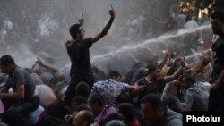 Ոստիկանությունը ջրցան մեքենայով ցրում է ցուցարարներին, Երևան, 23-ը հունիսի, 2015թ․