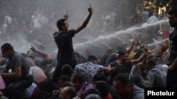 Ոստիկանությունը ջրցան մեքենայով ցրում է բողոքի ցույցը, 23-ը հունիսի, 2015թ.