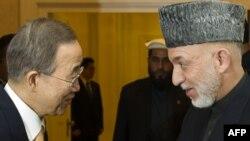 BMG-niň Baş sekretary Pan Gi Mun Owganystanyň prezidenti Hamid Karzaý bilen Bonnda, 4-nji dekabr.
