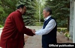 Звезда Голливуда Стивен Сигал и президент Кыргызстана Алмазбек Атамбаев. Бишкек, 3 сентября 2016 года.