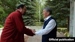 Голливуд киножұлдызы Стивен Сигал (сол жақта) мен Қырғызстан президенті Алмазбек Атамбаев. Бішкек, 3 қыркүйек 2016 жыл.