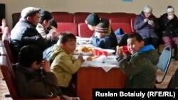 В лагере эвакуированных из села Садовое Бухар-Жырауского района Карагандинской области. 16 апреля 2015 года.