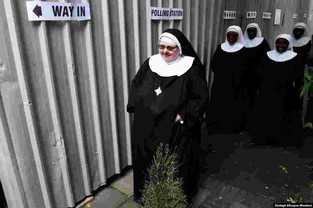 چند راهبه در یکی از مکان های رای گیری در لندن