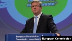 Comisarul european la o conferință de presă la Bruxelles