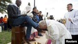 پاپ فرانسیس مراسم شستن پا را که بخشی از سنتهای هفته عید پاک است در مرکز پناهجویی کاستلنووو دی پورتو در حومه شهر رم انجام داد.