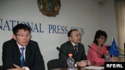 Представители НПО Алмас Кушербаев, Асылбек Кожахметов и Бахытжан Торегожина представляют проект «Шанырак – наш общий дом». Алматы, 24 февраля 2009 года.
