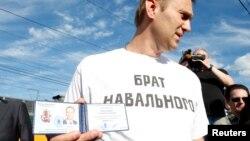 Алексей Навальный со своим удостоверением кандидата в мэры Москвы