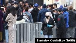 Граждане Кыргызстана перед посольством КР в Москве.