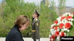 Վրաստանի արտգործնախարարը ծաղկեպսակ է դնում Հայոց ցեղասպանության զոհերի հուշարձանին:
