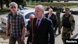 Представник Спеціальної місії ОБСЄ в Україні Марк Етерінґтон (с) очолює групу для переговорів із сепаратистами, Слов'янськ, 27 квітня 2014 року