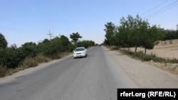 """مقامهای بغلان: طالبان در مسیر شاهراه بلخکابل، در مربوطات ولایت بغلان موترها را متوقف میکنند و از مسافران """"باج"""" میگیرند."""