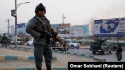 Сотрудники спецподразделения полиции Афганистана у места атаки в Кабуле. 24 декабря 2018 года.