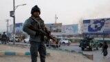 Owganystanyň polisiýa wekili hüjümiň bolan ýerinde, Kabul, 24-nji dekabr, 2018