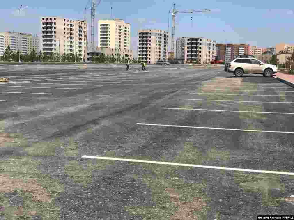 На прилегающей к мечети территории - большая вместительная площадь для парковки машин.