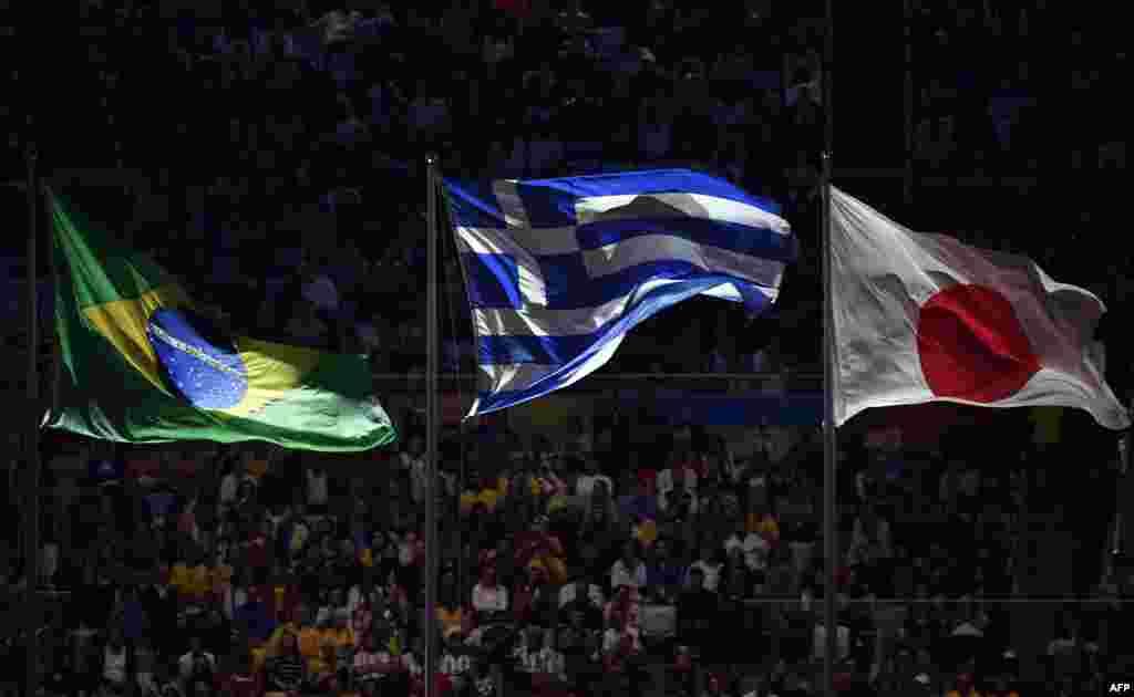 Національні прапори Бразилії, Греції та Японії під час церемонії закриття ігор. Наступні олімпійські ігри 2020 року відбудуться у Токіо (Японія).