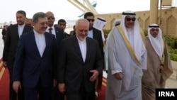 استقبال شیخ صباح الخالد الصباح وزیر خاوجه کویت از همتای ایرانیاش محمدجواد ظریف در فرودگاه کویت