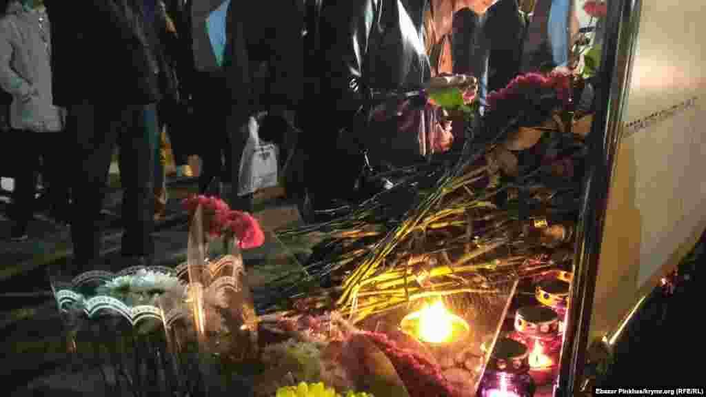 На акцию собралось порядка двухсот человек, все они несли цветы к баннеру с фотографией результатов взрыв и надписью «Керчь Скорбим»