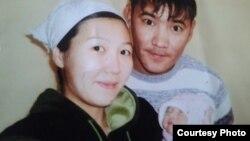 2011 жылы желтоқсанда Жаңаөзен қаласында қаза болған Аманбек Тұрғанбаевтың әйелі Мәншүк және қызымен түскен суреті. Жеке мұрағаттағы фото.
