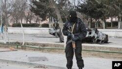Вооруженный сотрудник спецназа МВД на улице в Жанаозене. 17 декабря 2011 года.