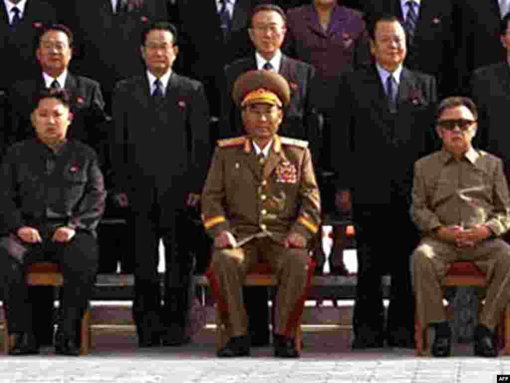 Паўночная Карэя. Кім Чэн Ун (зьлева), якога Кім Чэн Ір (справа) на гэтым тыдні ўвёў у найвышэйшыя эшалёны ўлады.