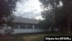 Здание школы в селе Багыс. Южно-Казахстанская область, 16 мая 2018 года.