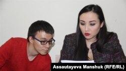 Журналист Серикжан Маулетбай в суде по его делу с адвокатом Жанной Оразбаковой. Алматы, 3 апреля 2018 года.