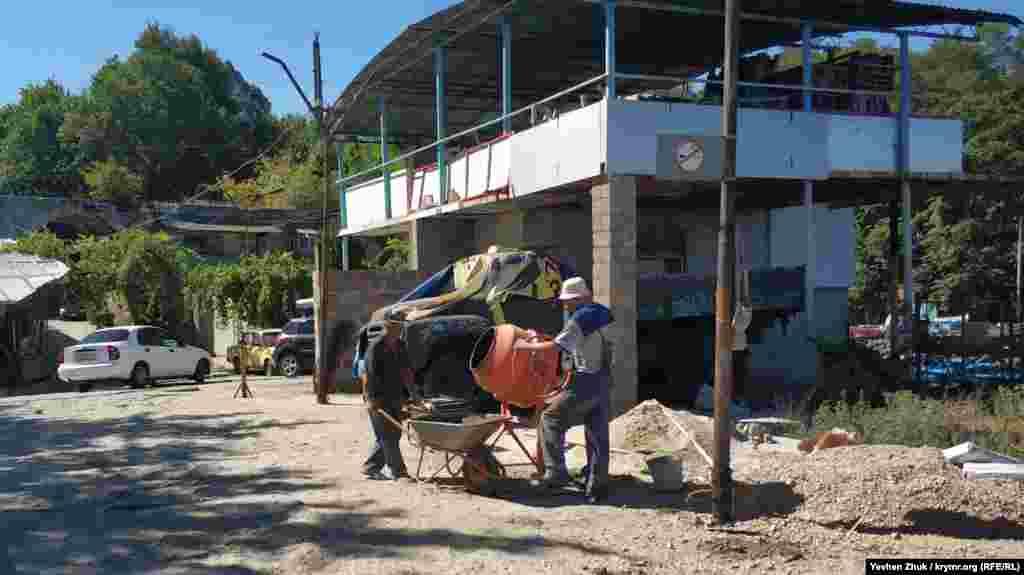 Робітники ремонтують бетонну пристань в Аполлоновій бухті