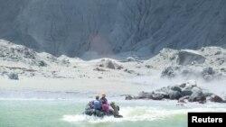 Гіди евакуйовують туристів на човні незабаром після виверження вулкана на Вайт-Айленді, Нова Зеландія, 9 грудня 2019 року