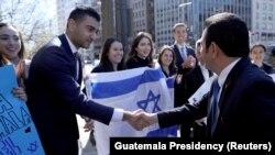 Presidenti i Guatemalës duke u takuar me pjesëtarë të komunitetit hebrenj në Uashington