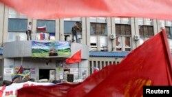 Proruski separatisti u okupiranoj zgradi ukrajinske službe sigurnosti, Luhansk, 18. april 2014.