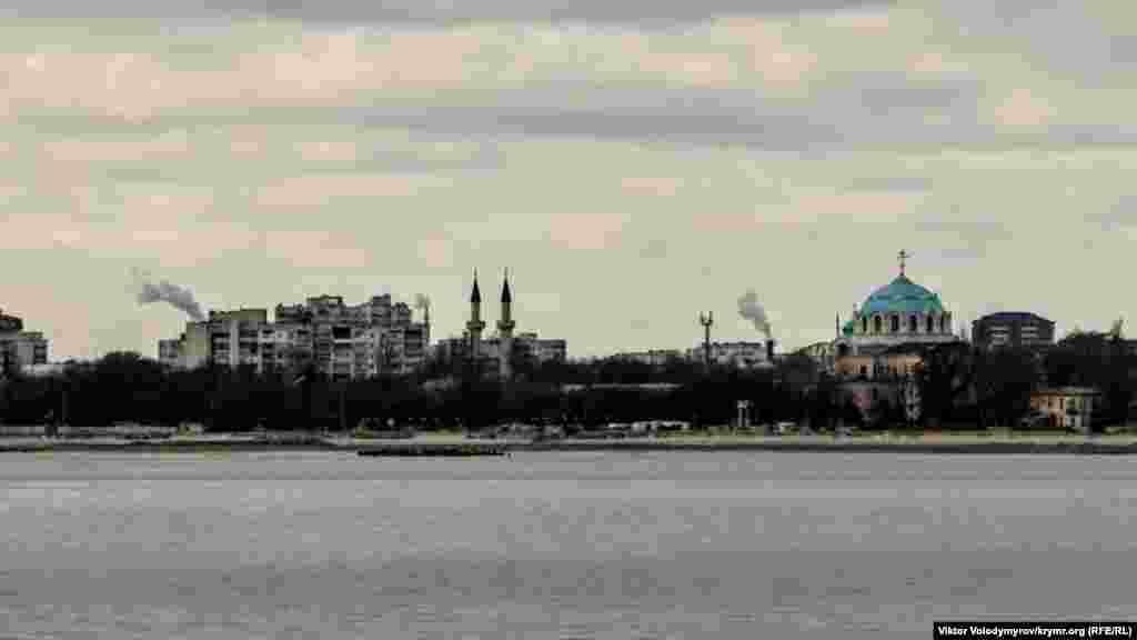 Культовые сооружения можно увидеть издали. В нескольких сотнях метров от Джума-Джами находится Собор Святителя Николая Чудотворца