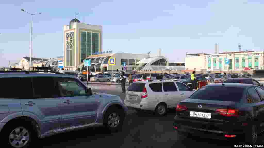 Астана теміржол вокзалы алдындағы тегін автотұрақ бүгіннен бастап ақылы болды.Астана, 10 қаңтар 2017 жыл.