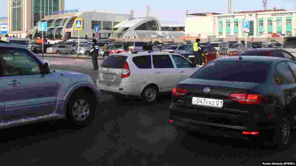 Дорожные полицейские управляют движением транспорта в районе вокзала Астаны.