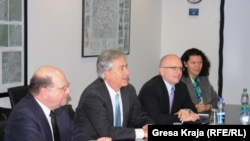 Zëvendëssekretari amerikan i Shtetit, Uilliem Bërns, dhe ambasadori amerikan në Kosovë, Kristofer Dell.