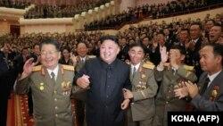 Лідер Північної Кореї Кім Чен Ин (2-й л) на урочистостях на вшанування ядерників країни, Пхеньян, 10 вересня 2017 року, офіційне фото державного агентства ЦТАК