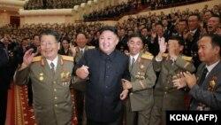 Кім Чэн Ын сярод вайскоўцаў на канцэрце, прысьвечаным навукоўцам атамшчыкам і інжынэрам, якія ўдзельнічалі ў стварэньні вадароднай бомбы