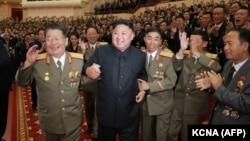 КХДР лидери Ким Чен Ин юқори лавозимли ҳарбийлар қуршовида.
