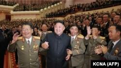 Ким Чен Ын среди военных на концерте, посвященном ученым атомщикам и инженерам, участвовавшим в создании водородной бомбы