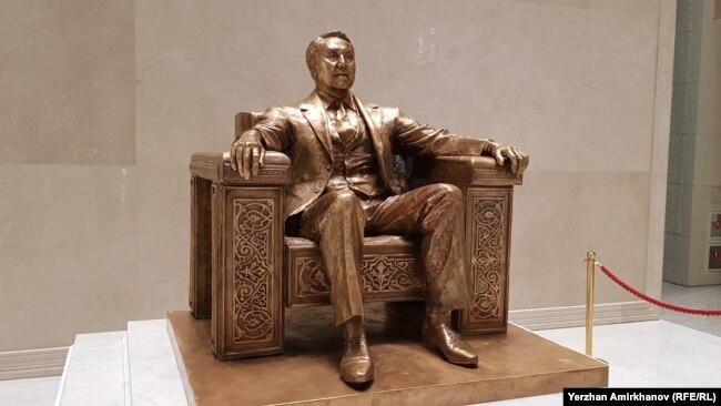 Памятник Назарбаеву в Национальном музее, установленный в день его рождения. 6 июля 2019 года.