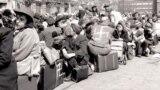 Группа судетских немцев в ожидании отправки через границу в Германию, 1945 год