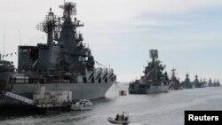 Nave militare rusești la Sevastopol, în Crimeea anexată de Rusia