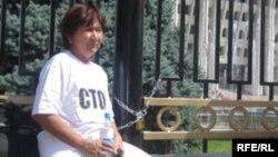 Правозащитница Азиза Абдирасулова во время проведения акции протеста, Бишкек, 31 июля 2009 года.