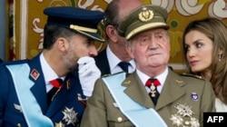 Хуан Карлос I с сыном, наследным принцем Фелипе, и с супругой наследника, принцессой Летисией. Военный парад в Мадриде, 12 октября 2012 года