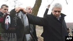 Boris Tadić, tokom posete selu Cernica, odaje poštu nastradalom dečaku, Milošu Petroviću