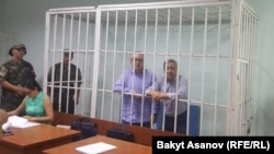Өмүрбек Текебаев жана Дүйшөнкул Чотонов сот залында. 11.08.2017