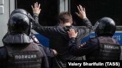 За даними правозахисного порталу «ОВД-Инфо», під час акції 3 серпня в Москві російські силовики затримали 1001 людину