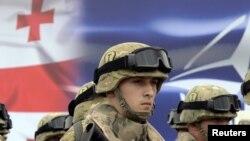 Председатель парламента Давид Усупашвили заявил сегодня о необходимости размещения в Грузии военной базы США. Посол США в Грузии Ян Келли дипломатично пообещал детальней изучить этот вопрос