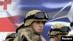 Некоторые оппозиционеры не исключили, что в ответ на открытие центра Россия устроит очередную провокацию. Прозвучала даже версия, что российские военные, которые и так стоят в непосредственной близости от центральной автомагистрали Гори – Тбилиси, и вовсе могут ее захватить