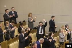 Қырымды Ресейге қосу туралы келісім ратификацияланғаннан соң қол соғып тұрған Ресей мемлекеттік думасының депутаттары. Мәскеу, 20 наурыз 2014 жыл.